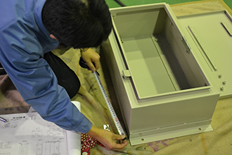 品質管理部門03|配電盤・制御盤・分電盤・計装盤製品の製作・製造を設計、板金、配電組立、検査まで一貫生産のヤマカワ電機