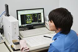 念入りな図面チェックを大切にしています 配電盤・制御盤・分電盤・計装盤製品の製作・製造を設計、板金、配電組立、検査まで一貫生産のヤマカワ電機