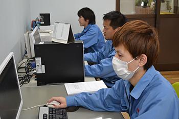 塗装工場01 配電盤・制御盤・分電盤・計装盤製品の製作・製造を設計、板金、配電組立、検査まで一貫生産のヤマカワ電機