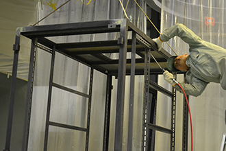 塗装工場02|配電盤・制御盤・分電盤・計装盤製品の製作・製造を設計、板金、配電組立、検査まで一貫生産のヤマカワ電機