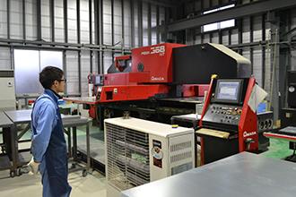 配電盤製造工程01|配電盤・制御盤・分電盤・計装盤製品の製作・製造を設計、板金、配電組立、検査まで一貫生産のヤマカワ電機