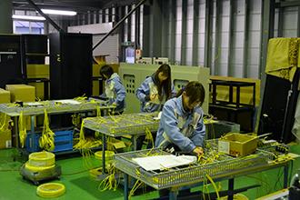 配線組立工場02|配電盤・制御盤・分電盤・計装盤製品の製作・製造を設計、板金、配電組立、検査まで一貫生産のヤマカワ電機